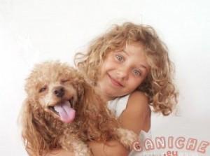 niña con perro caniche